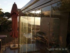 סגירת פרגולה בזכוכית